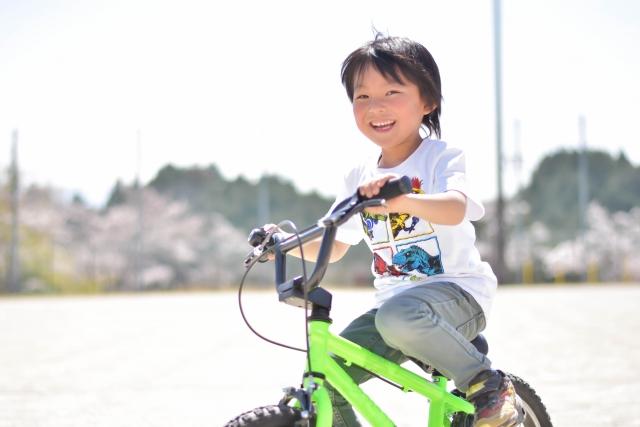夏、自転車に乗る子ども